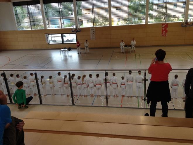 Eins dieser Kinder wird zum Training gezwungen :)