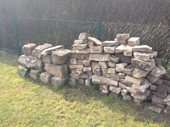 Eine Sandsteinmauer als Mahnmal für nichtrealiserte hochtrabende Bauträume. Irgendwer hat aber Mileid und steigt wohl bei uns über´n Zaun. Im letzten Jahr war der Haufen noch deutlich höher ;)