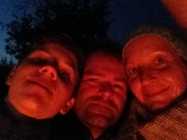 Beispielbild eines albernes und unvorteilhaftes Familienselfies am Feuer (Archivbild von 2012)