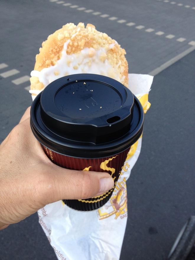 Na, geht doch! Ich kann meinen Kaffee und meine Streuselschnecke halten und dabei fotografieren!